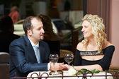 Homem e mulher com vinho no café num encontro — Fotografia Stock