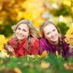 dos mujeres en otoño al aire libre — Foto de Stock   #7060717