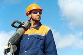 Portrait du travailleur de la construction avec perforateur — Photo