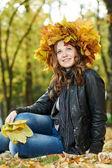 Kvinna på hösten utomhus — Stockfoto