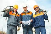 Werknemers in de bouw met machtshulpmiddelen — Stockfoto