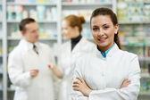 Donna chimico di farmacia in farmacia — Foto Stock