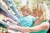 Vrouw en jongen waardoor winkelen — Stockfoto