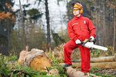 Pilarz pracownik z piłą łańcuchową w lesie — Zdjęcie stockowe