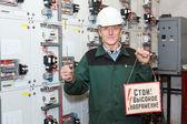 Elektricien in witte hardhad met prikbord — Stockfoto