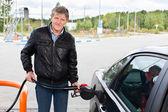 Olgun adam modern araba benzin gaz istasyonları ile doldurma — Stok fotoğraf