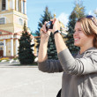 Young beautiful woman photographing city's attractions — Stock Photo