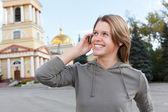 Russische schöne mädchen beim mobil telefonieren — Stockfoto