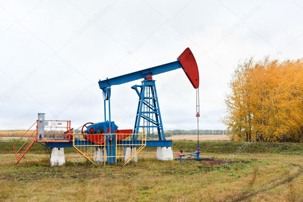 One pump jacks on a oil field. Autumn — Stock Photo #7582090