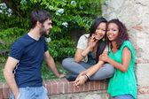 Teenageři mluví v parku — Stock fotografie