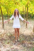молодая женщина с распростертыми объятиями, ощущение свободы вне — Стоковое фото