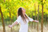 Jeune femme à l'extérieur à bras ouverts, sensation de liberté — Photo