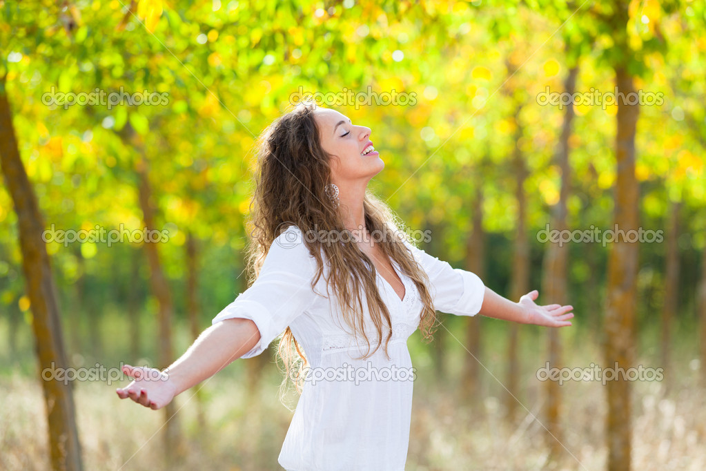 Young Woman Outside with Open Arms, Freedom Sensation — Stock Photo #7278202