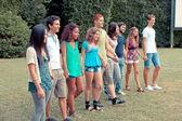группа подростков в парке — Стоковое фото