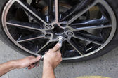 Wheel installation — Stockfoto