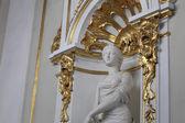 Statue frau in haupttreppe des winterpalais — Stockfoto
