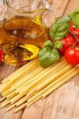 パスタ、オリーブ オイル、トマトの木製の背景 — ストック写真