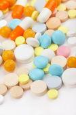 Bunte tabletten mit kapseln — Stockfoto