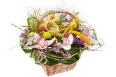 Vackra blommor i korg — Stockfoto