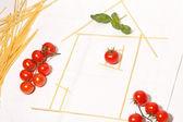 дом из макарон, помидорами и базиликом — Стоковое фото