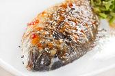 Smażona ryba z świeżymi ziołami i cytryną — Zdjęcie stockowe