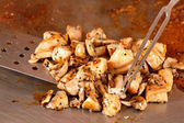 Kocken steka köttet i en kastrull — Stockfoto