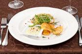 Pastel de pescado con salsa y patatas fritas — Foto de Stock