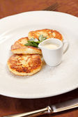 Cheese pancakes with sour cream — Stock fotografie