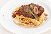 Saboroso bife com macarrão — Fotografia Stock