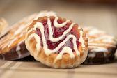 甘いクッキーと白で隔離されるジャム — ストック写真