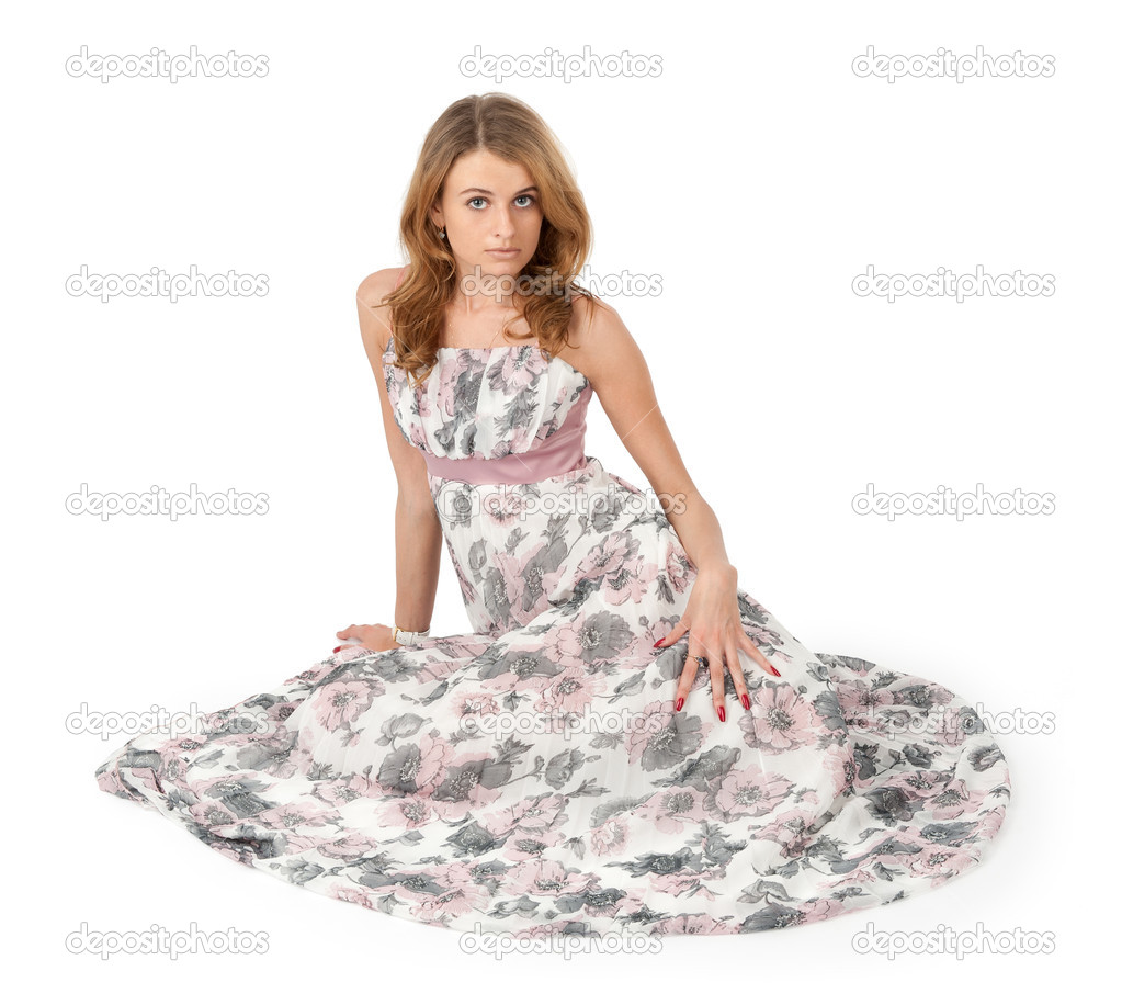 Девушка в платье сидит
