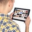 mannen innehar tablet PC — Stockfoto