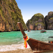 Traditional Thai boat on island Phi-phi, Thailand — Stock Photo