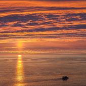 Loď nebo člun plachtění moře — Stock fotografie