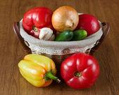 Frisches gemüse in körbe, tomaten und paprika — Stockfoto