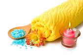 タオル、青い入浴剤、蝋燭および花 — ストック写真