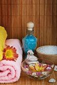 Spa stil handduk med blomma — Stockfoto