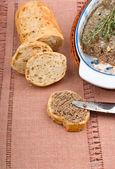 Tranche de pain maison avec pate et herbes — Photo
