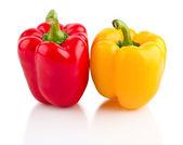 Jasně červené a žluté papriky — Stock fotografie
