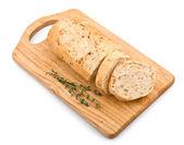 Baguette de pan fresco en un tablero de madera — Foto de Stock