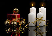 Christmas candle table setting with gold baubles bow — Stock Photo