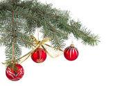Weihnachtsdekoration hängen auf dem baum — Stockfoto