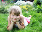 Meisje in de zomer tuinieren — Stockfoto