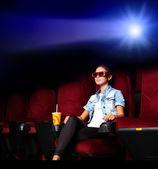 Junges mädchen im kino — Stockfoto