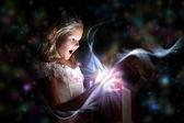 Criança abrindo uma caixa de presente mágico — Foto Stock
