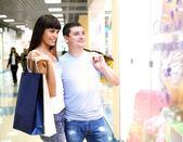 Jeune couple ensemble faire courses — Photo