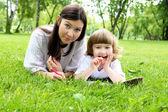 Portret matki z córką odkryty — Zdjęcie stockowe