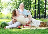 Młoda para na piknik w parku — Zdjęcie stockowe
