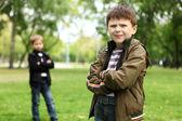 Junge mit einem freund in den grünen park — Stockfoto