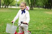 緑豊かな公園で自転車の女の子 — ストック写真